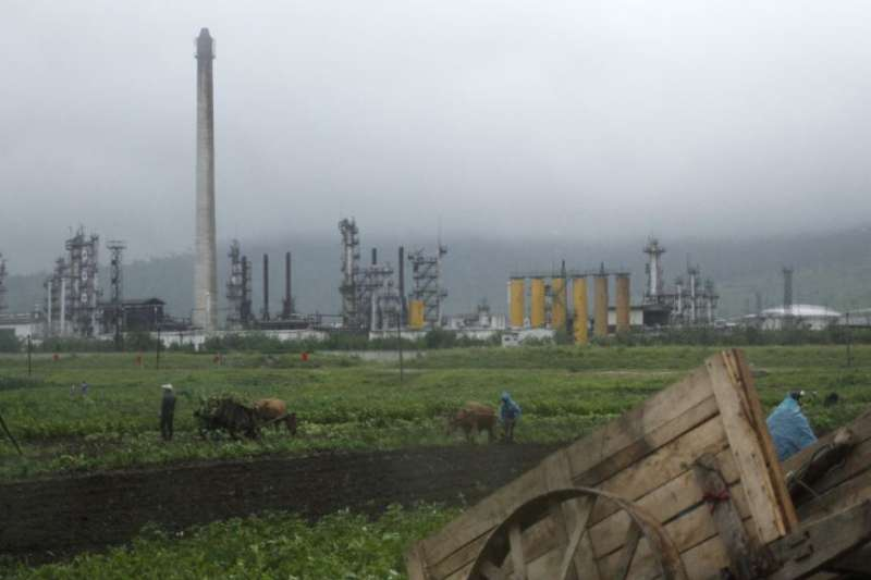 距離中朝邊界不遠的北韓煉油廠。(美國之音)