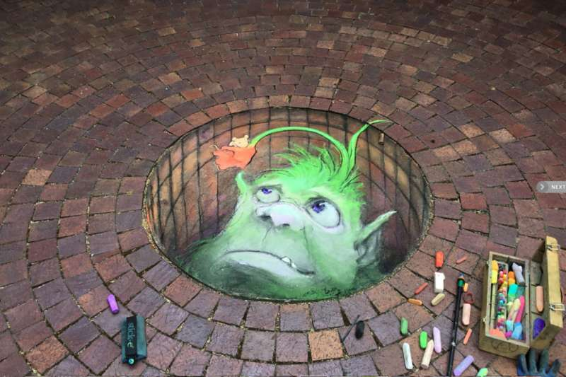 David Zinn擅長結合街景,創作超立體3D插畫,為城市的角落添增一抹趣味。下次上街記得多注意周遭有沒有小怪獸在偷偷看你!(圖/瘋設計提供)