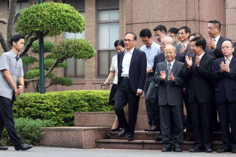 20170907-行政院長林全上午出席行政院惜別茶會,會前先與閣員們拍畢業照。(蘇仲泓攝)