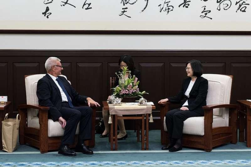 義大利「國會友台協會」副主席葛裴帝(左)長期在義大利國會支持台灣,去年也來台出席總統蔡英文(右)就職典禮。(總統府提供)