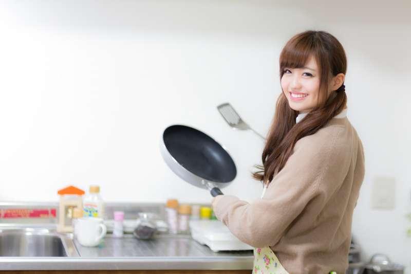家庭主婦做菜時應注意的油煙環境,可能會增加罹患肺癌的風險。圖與本文無關。(圖/pakutaso)