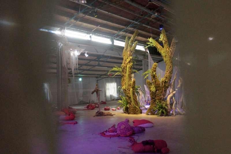 「回巢」展覽的大型巢穴作品,踏入此地就像回到子宮被溫柔包覆,一切好與壞都被她包容、吸納。(圖/我的子宫,我的大地母親臉書粉專)