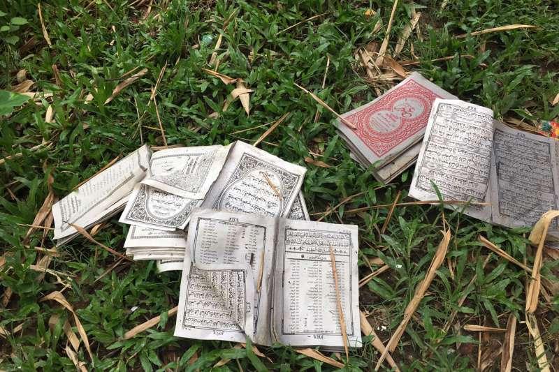 緬甸羅興亞人苦難不斷,位於洛開邦的高杜薩拉村遭當地佛教徒焚毀,村民的伊斯蘭教科書與《古蘭經》也被撕毀(AP)