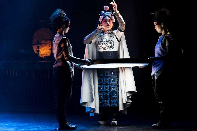 2017-09-09-擊樂劇場《木蘭》2013年版劇照,由京劇名伶朱勝麗飾演的「京劇木蘭」回憶起童年農村生活。(朱宗慶打擊樂團提供)