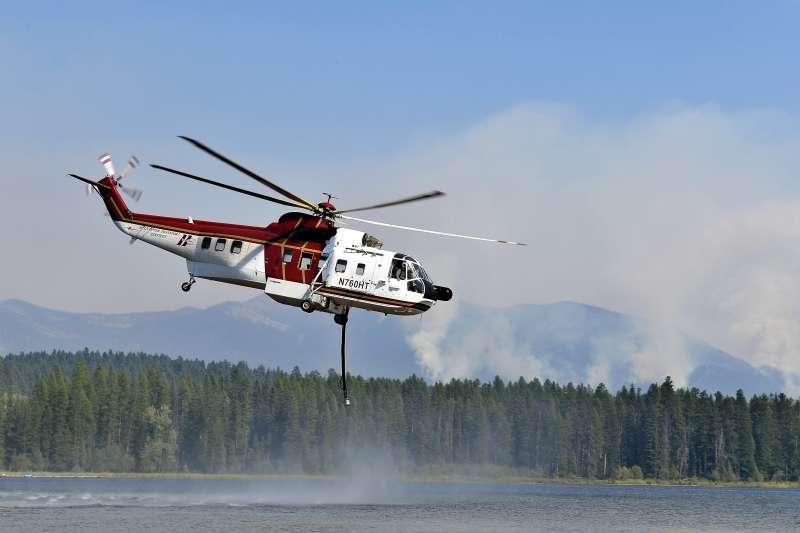 美國西部野火:蒙大拿州冰川國家公園發生野火,消防人員出動直升機灑水滅火(AP)
