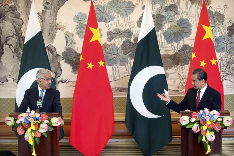 巴基斯坦外長阿瑟夫與中國外長王毅(資料照,AP)