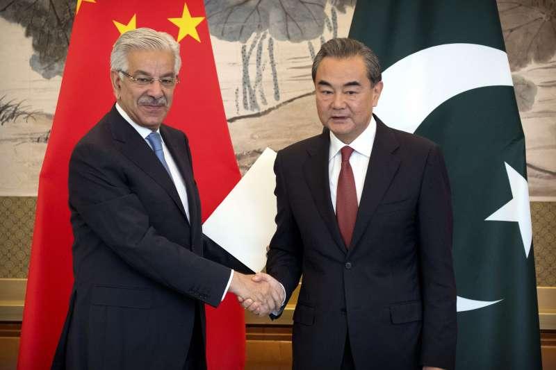 巴基斯坦外長阿瑟夫與中國外長王毅(AP)