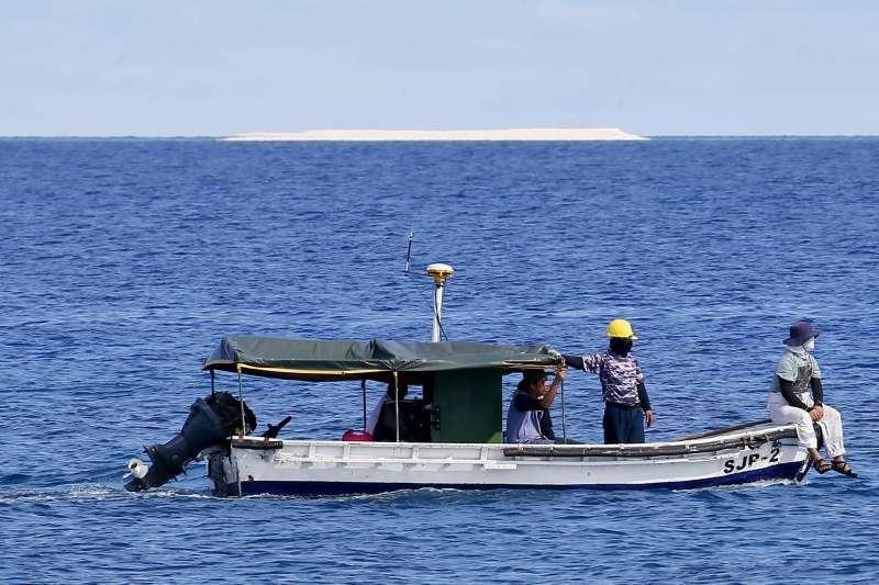 菲律賓政府測繪人員在南海的中業島附近進行測繪,台灣、中國也聲稱對這座島擁有主權(AP)
