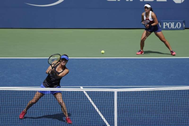 台灣女網好手詹詠然(右上)與瑞士球后辛吉絲奮戰打進2017年美國網球公開賽(美網)冠軍戰,爭取大滿貫金盃。(美聯社提供)