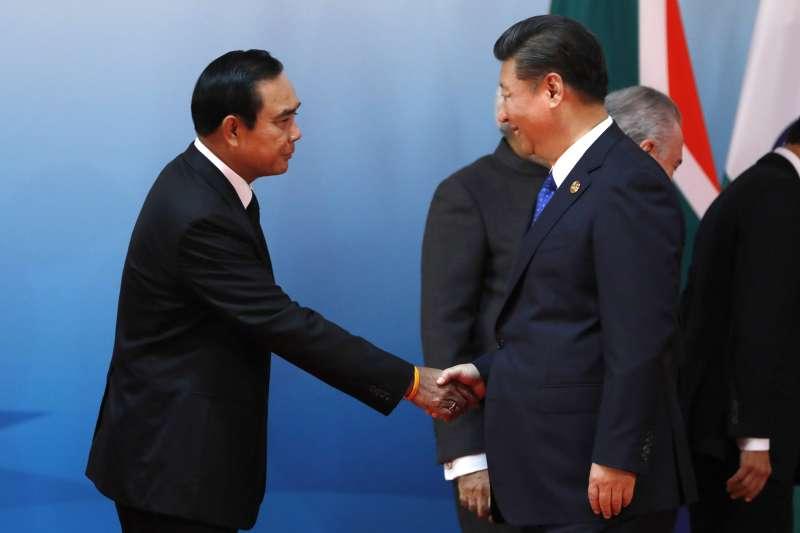 泰國軍政府總理帕拉育出席金磚國家廈門峰會,中國國家主席習近平握手致意(AP)
