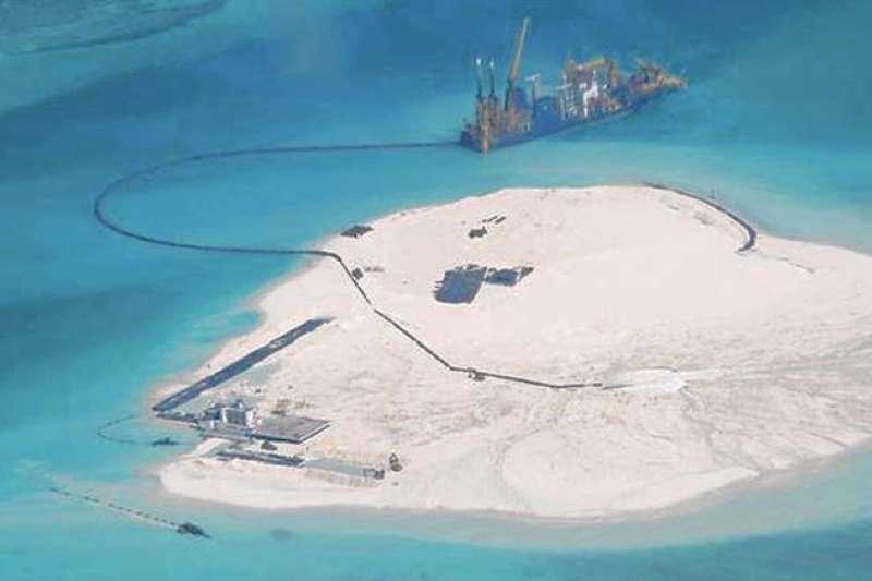 2014年中國船隻在南沙群島進行建築工程。(取自菲律賓總統府)