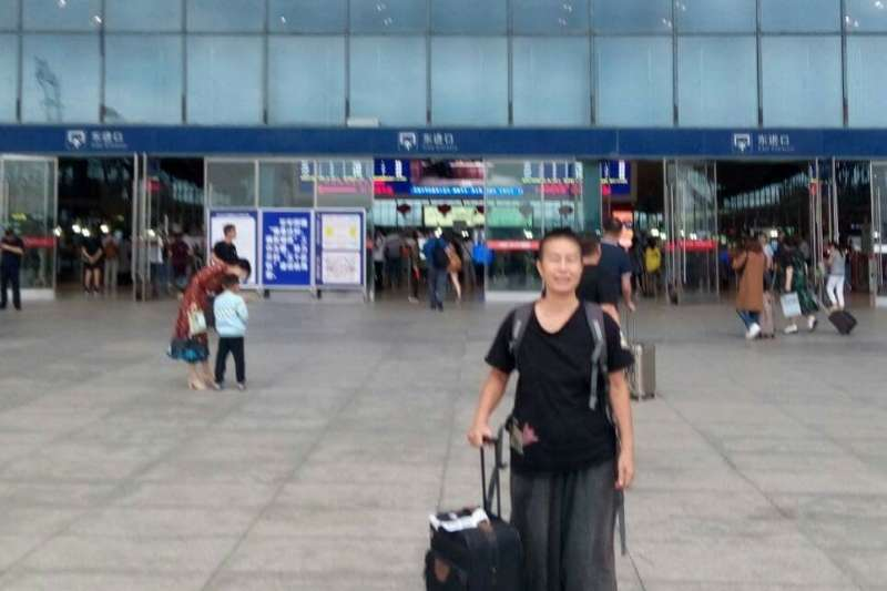 人權工作者李明哲案即將開庭,前立委王麗萍10日未依計畫與李凈瑜搭同班機,但10日下午發出聲明表示,她已在前往岳陽的高鐵上。(王麗萍友人提供)