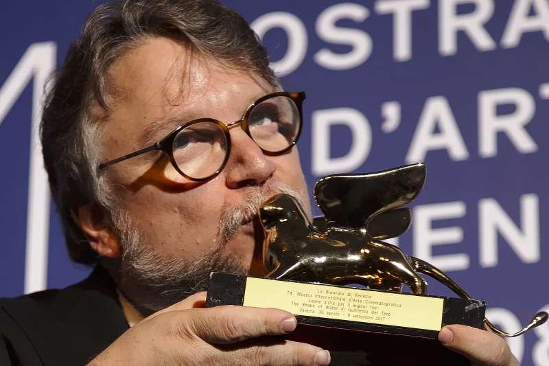 知名導演吉勒摩戴托羅(Guillermo del Toro)獲2017年威尼斯影展金獅獎。(美聯社)