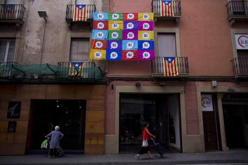 加泰隆尼亞獨立公投:薩瓦德爾居民懸掛加泰隆尼亞旗幟與贊成獨立標語(AP)