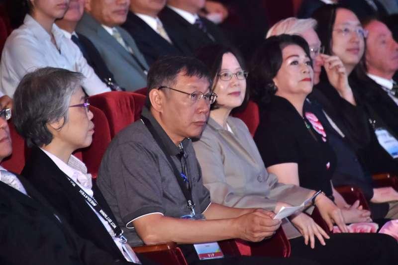 台北市長柯文哲出席上海雙城論壇時,因「兩岸一家親」說法遭受綠營攻擊,他表示行前曾將講稿送國安會,圖為蔡英文總統、台北市長柯文哲出席世界資訊科技大會WCIT開幕典禮。(北市府)