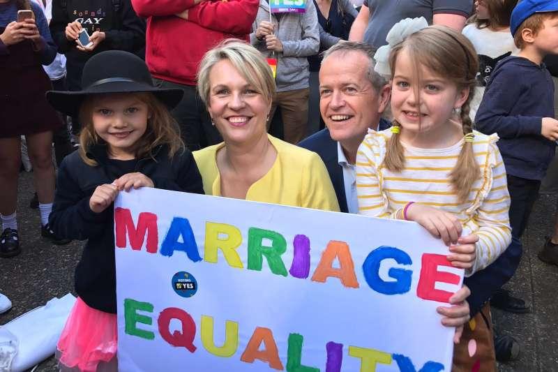 澳洲10日舉行歷來最大規模同志遊行,為同婚合法化催票,反對黨領導人蕭頓到場支持(Twiter)