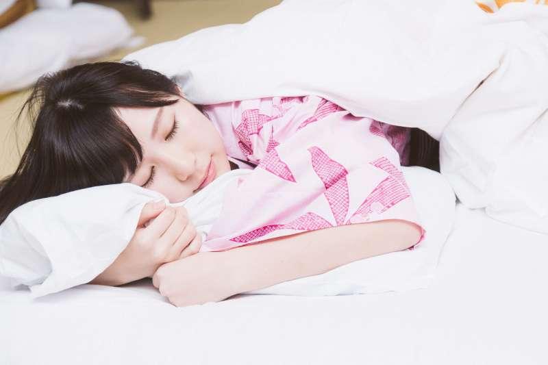 你也有失眠困擾嗎?專家告訴你除了喝牛奶,還有這八樣食物可以讓你安神入眠。(圖/すしぱく@pakutaso)