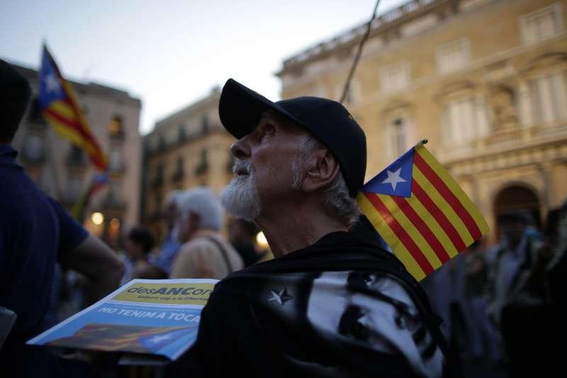 西班牙東北部的加泰隆尼亞地區將辦獨立公投,民眾高舉加泰隆尼亞的「孤星旗」表明建國心願(AP)
