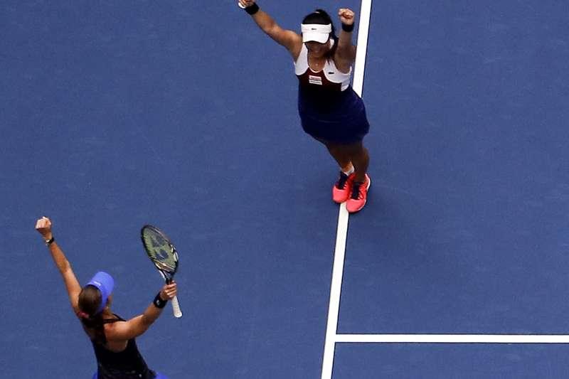 台灣網球女將詹詠然(上)搭配瑞士前世界球后辛吉絲,10日在美國網球公開賽(美網)女子雙打決賽奪下冠軍(AP)