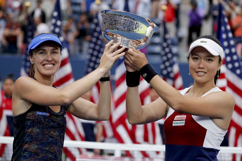 台灣網球女將詹詠然(右)搭配瑞士前世界球后辛吉絲,10日在美國網球公開賽(美網)女子雙打決賽奪下冠軍(AP)