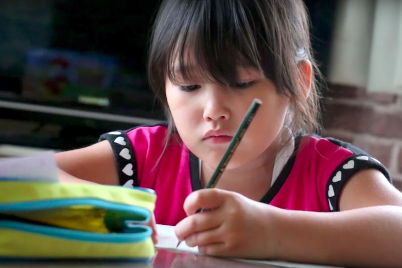 2016年兒福聯盟做了一份全台兒童心願與煩惱調查,兒童的五大願望中,第一名為「功課進步」;而在五大煩惱中,第一名也是「課業」。(圖/ enakimura@youtube)