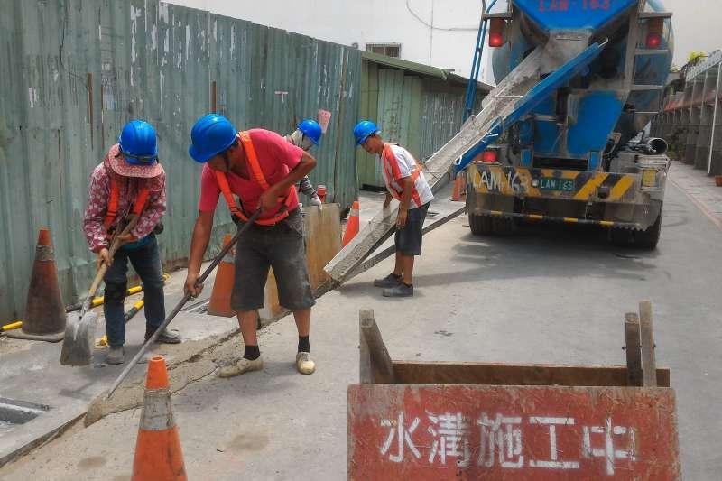 焚化再生粒料使用於道路級配粒料基底層、控制性低強度回填材料(CLSM)及磚品等用途,真正落實資源循環再利用。(圖/ 高雄市環保局提供)