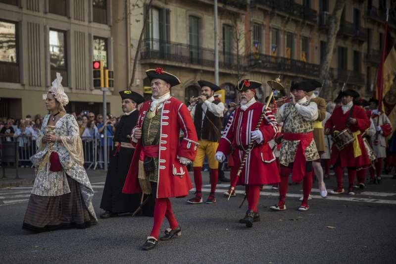 9月11日是西班牙東北自治區加泰隆尼亞的民族日,參與的民眾穿上18世紀的加泰隆尼亞服裝(AP)