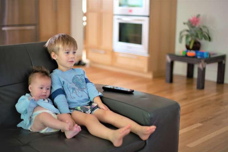 不想過度保護孩子,但又怕孩子看了可怕的社會新聞會有不良影響,該怎麼辦?家長可以採納這6項建議。(圖/ Lars Plougmann@flickr)