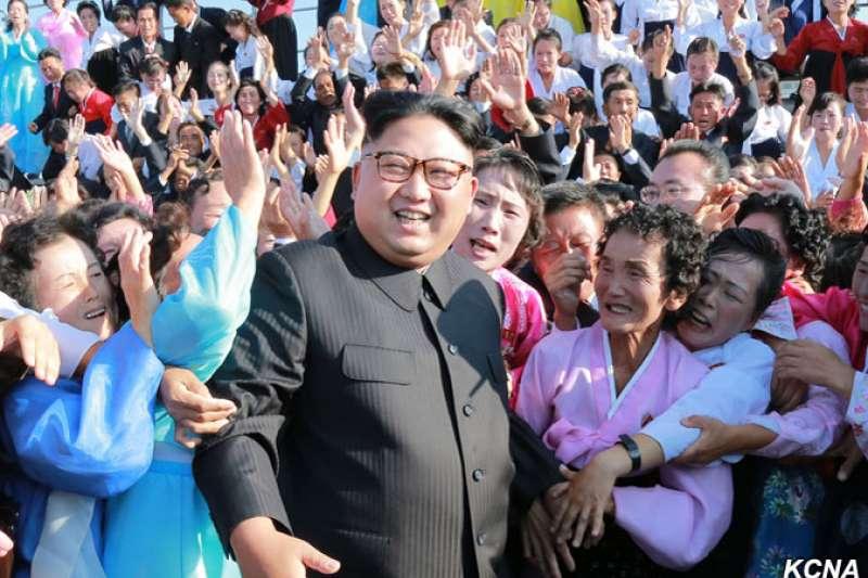 2017年9月12日,北韓勞動黨委員長、國務委員會委員長、人民軍最高司令官金正恩會見自願奔赴島嶼分校、最前沿地區和山村學校任教教師,並同他們合影留念(朝中社)