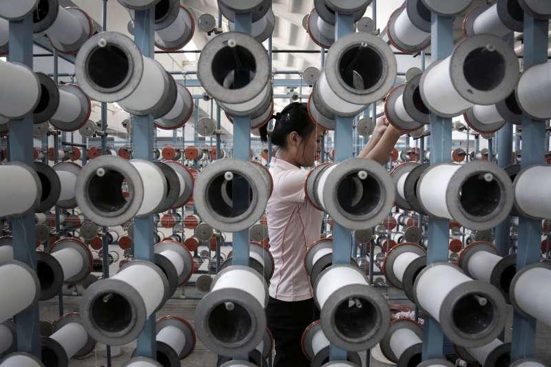 新冠病毒疫情讓紡織業需求急凍,若美國短期內無法控制,恐迎來寒冬。(AP)