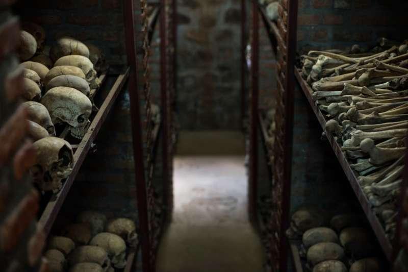 盧安達大屠殺的受害者遺骨,防腐處理後被保存在博物館中。(維基百科公有領域)