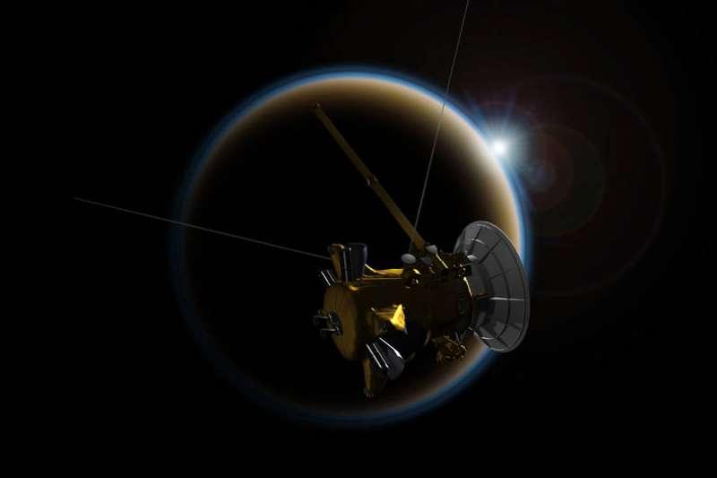 卡西尼號與土衛六「泰坦」(Titan)進行最後的吻別。(NASA)