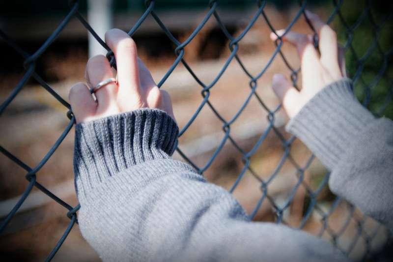 媽媽不時傳來「割腕照」鬧自殺,面臨這樣的困境,孩子的心靈會受到多少傷害與壓迫?(示意圖非本人/取自Dick Thomas Johnson@Flickr)