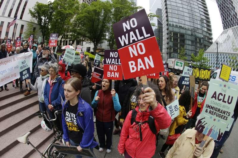 川普穆斯林禁令:民眾於今年5月在聯邦第9巡迴上訴法院示威,反對禁令(資料照,AP)