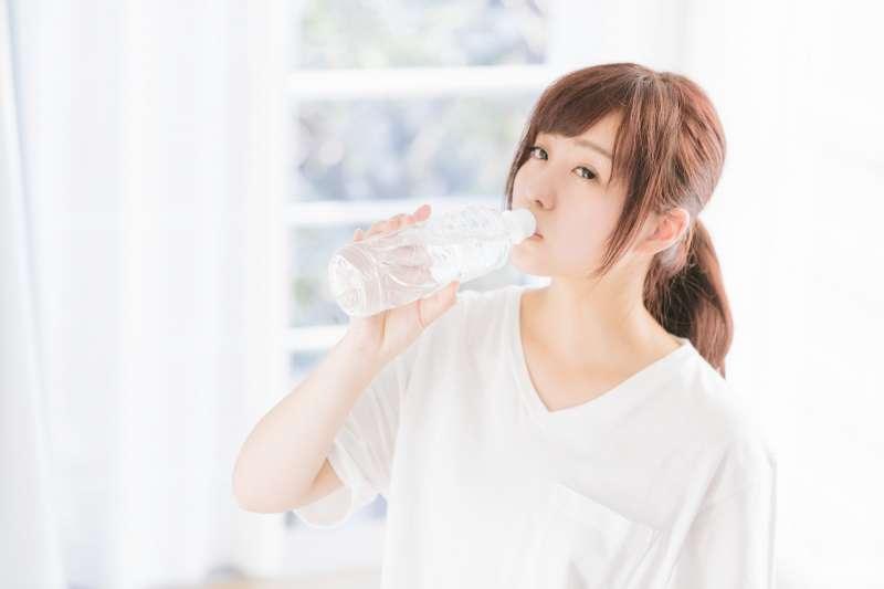 天氣熱除了要注意水分補充,還要注意排尿量。(圖/すしぱく@pakutaso)
