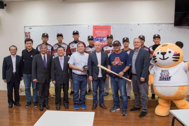 張泰山(左七)、阿德雷德鯊魚隊球團執行長戴維森(左六)、世新大學校長吳永乾(左四)等人與世新大學棒球隊代表合照。(圖/世新大學公共事務處提供)