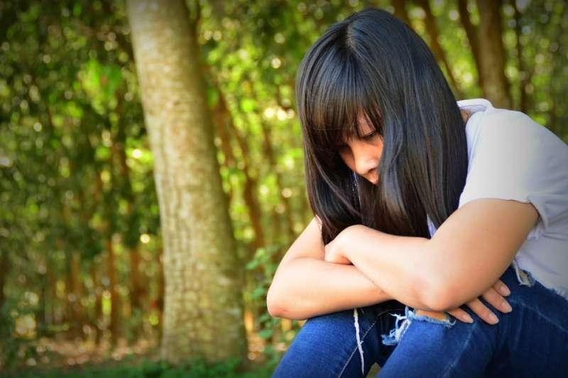父母親罹患精神疾病卻不就診,這對孩子來說不只像是不定時炸彈,更可能造成新一批的精神病患。(示意圖非本人/取自Pixabay)