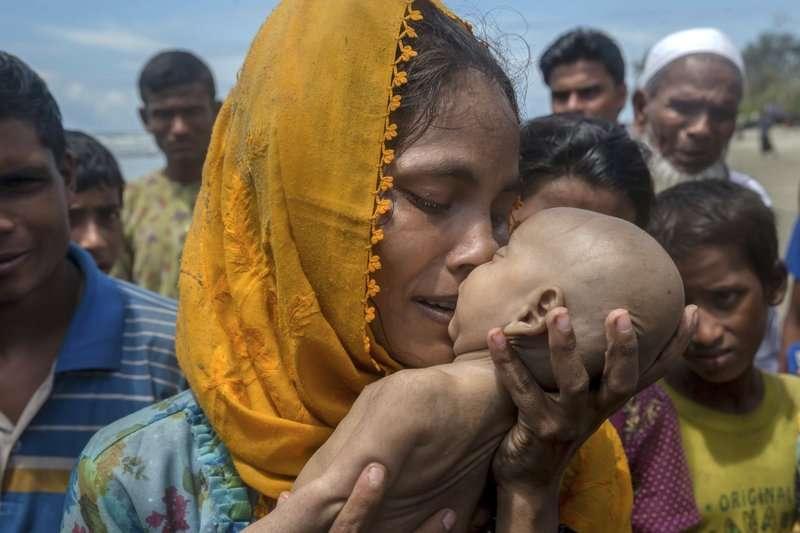 一名羅興亞媽媽親吻船難時死亡的孩子。(AP)