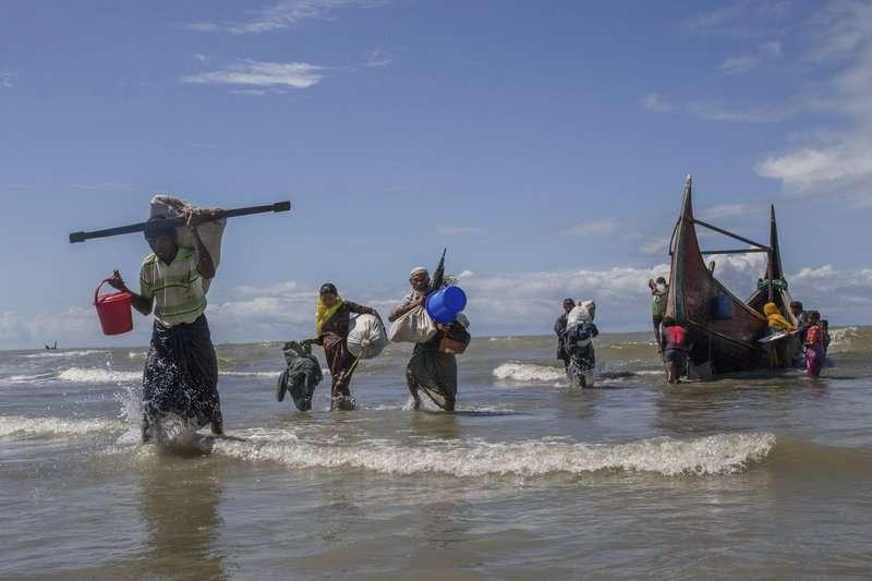 羅興亞人涉水而過,逃至孟加拉。(AP)
