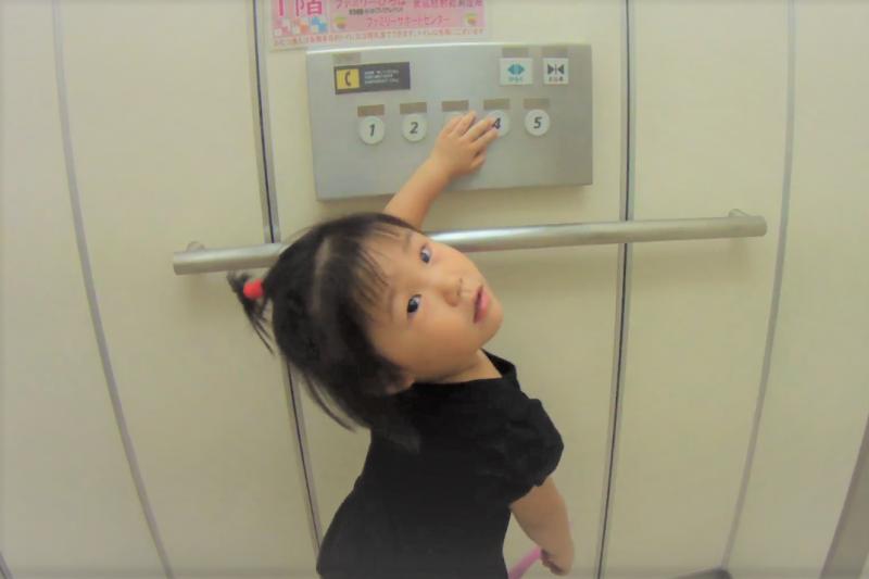 許多危險的社會事件會發生,是因為小孩跟陌生人一同搭電梯,到底要如何教導小孩搭電梯正確的危機意識呢?(圖/ yumi fumi@youtube)