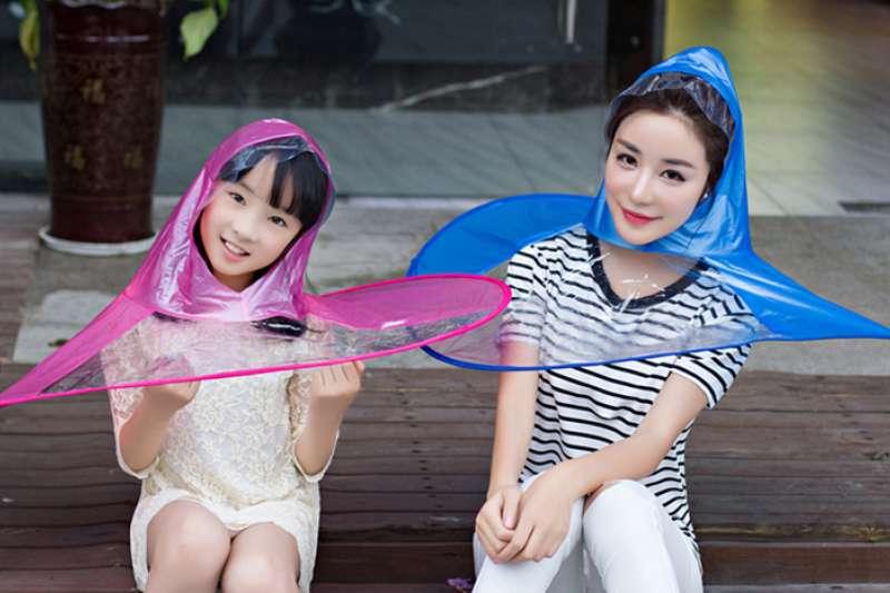 淘寶商家稱「飛碟雨衣」大人小孩都可以穿。(取自網路)