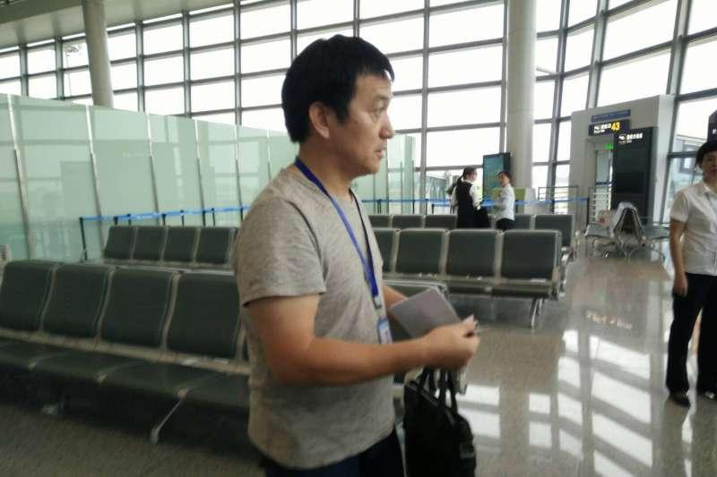上圖為中國國台辦人員,即為微博照片未入鏡者。他全程監控李凈瑜與隨行人員,所有人的證件都被收在他的黑色手提包中,直到機場才還給隨行人員。通關後其他隨行人員無需交回證件,但他要求李淨瑜需交回台胞證,不交回不准飛機起飛。(蕭逸民提供)