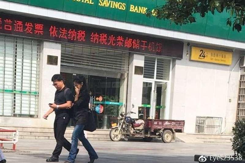 中國近日連環出現號稱李凈瑜與男子挽手逛街的照片、影片,對此李凈瑜曾透過網路傳訊表示,最擔心的仍是先生,她害怕這些照片將被中國用來刺激、羞辱仍在監獄裡的李明哲。(資料照,Eyes23538@微博)