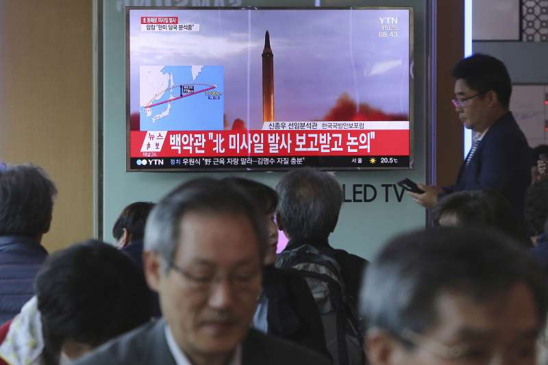 南韓媒體15日播放北韓發射飛彈的最新報導。(美聯社)