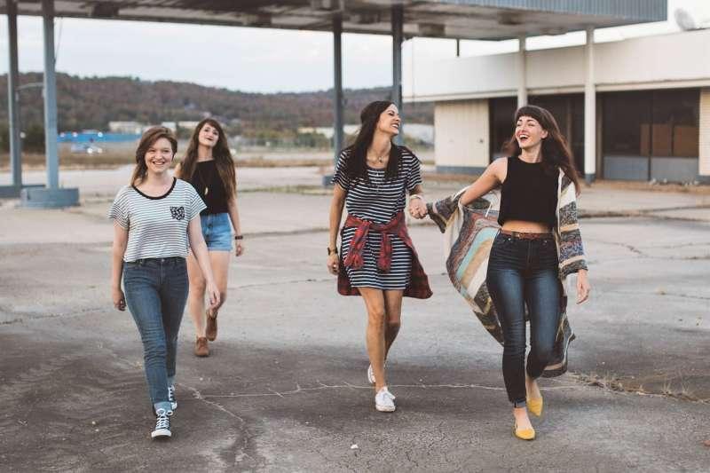跟外國朋友提議,一起去逛街、看電影、旅行等,如果只會用 let