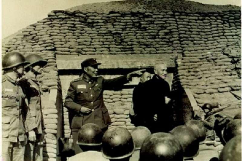 1959年劉安祺先生陪同蔣中正總統巡視金門戰地(中央研究院近代史研究所)