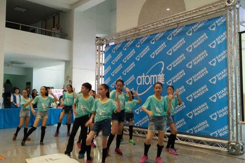 現場邀請到高雄市中正國小舞蹈班到場表演表演,為活動宣傳造勢。(圖/龔傑森提供)