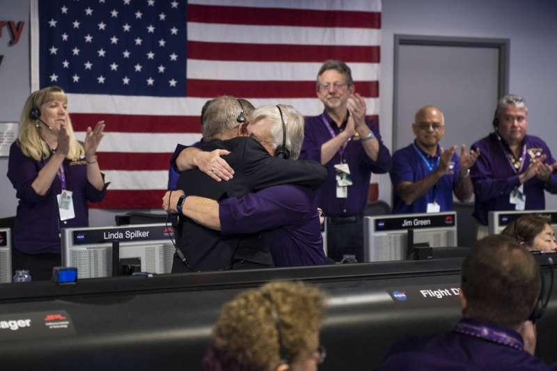 參與卡西尼任務的上千名工作人員15日聚集在實驗室,送老友最後一程。最後卡西尼號的訊號中斷,現場人員難掩不捨。(NASA/JPL-Caltech)
