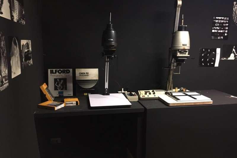 「MED#161時光保物-修光補影」展覽即日起至明年5月27日在新板藝廊展出,現場亦有暗房設施,讓民眾學習手工沖洗相片技巧。(取自新板藝廊臉書)