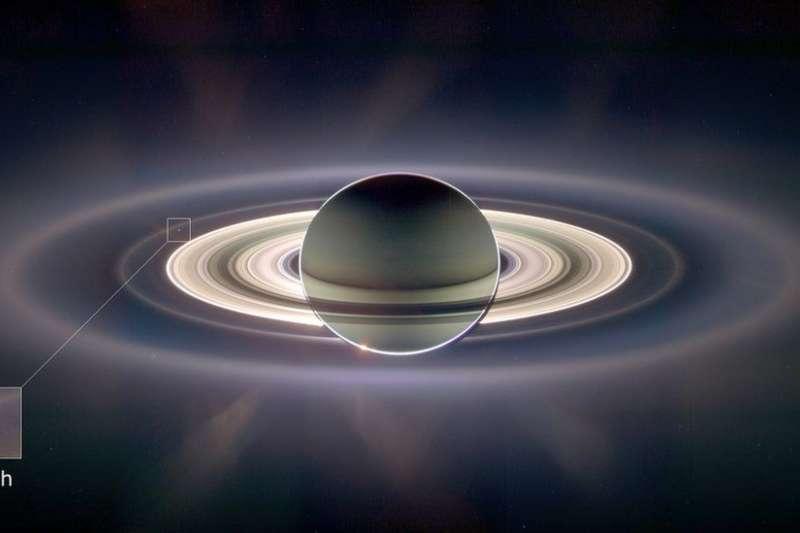 探測船拍到這張宏偉的全景照時,土星剛剛擋著太陽。 在遠處、最光亮的光環的左上方的淺藍色一點,就是地球。(BBC中文網)